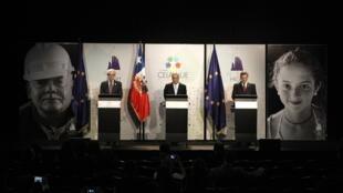 El presidente del Consejo Europeo Herman Van Rompuy, el presidente chileno Sebastián Piñera y el presidente de la Comisión Europea José Manuel Barroso, este 27 de enero de 2013 en Santiago de Chile.