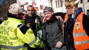 Maxime Nicolle (3e à partir de la gauche), un des porte-parole du mouvement des «gilets jaunes» lors de la manifestation de samedi 16 février 2019, à Paris.