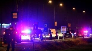 La police bosnienne escorte les rapatriés arrivés ce jeudi soir à Sarajevo. Le 19 décembre 2019.