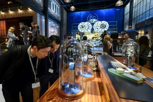 日內瓦鐘錶展 存檔圖片 Image d'archive: Visitors check out watches at the international luxury watchmakers show SIHH in Geneva.