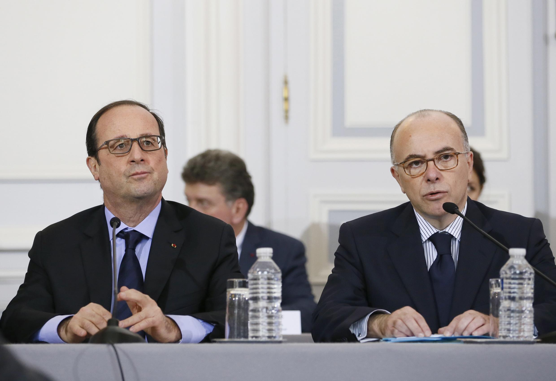 Le président François Hollande et le ministre de l'Intérieur Bernard Cazeneuve lors d'une réunion de crise place Beauveau, le 9 janvier 2014.