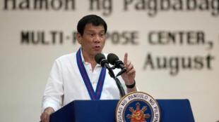 سخنرانی  Rodrigo Duterte رئیس جمهوری فیلیپین، در محل پلیس ملی این کشور.  یکشنبه ٣١ اوت ٢٠۱۶