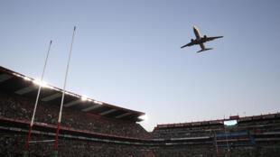 Un avion de la compagnie nationale sud-africaine survole l'Ellis Park Stadium, le 24 juin 2017. (Photo d'illustration)