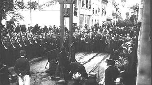 La abolición de la pena de muerte en Francia significó un largo combate de dos siglos marcado por numerosos intentos desde la Revolución de 1789. La promulgación de la ley Badinter del 10 de octubre de 1981 eliminó definitivamente la guillotina.
