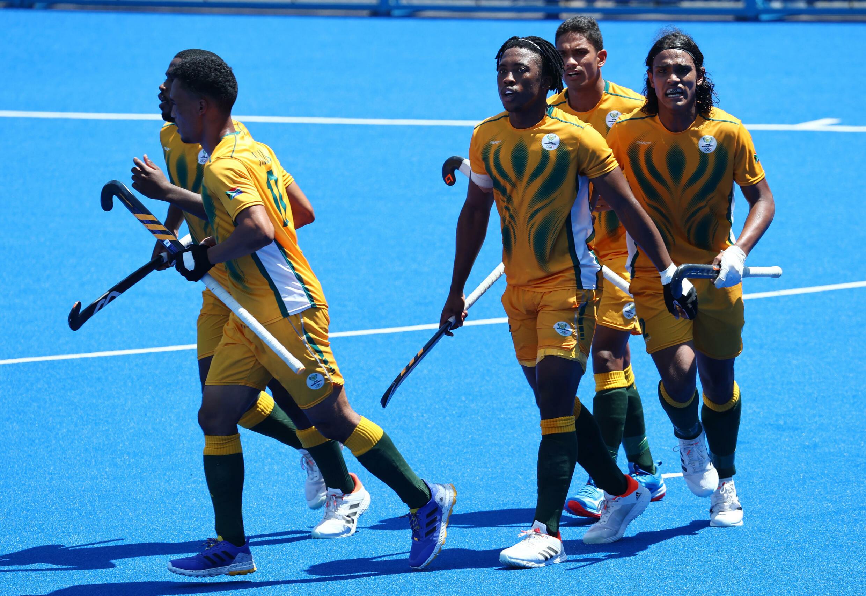 Le hockeyeur sud-africain Mustaphaa Cassiem célèbre son but avec ses coéquipiers, lors des Jeux olympiques de Tokyo le 29 juillet.