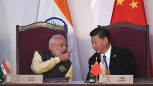 Le Premier ministre indien Narendra Modi (gauche) et le président chinois Xi Jinping (droite), lors du sommet annuel du forum des Brics, en 2016.