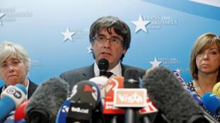 "کنفرانس مطبوعاتی ""کارلِس پوجدمون"" رئیس برکنار شدۀ دولت خودمختار کاتالونیا، در بروکسل. سهشنبه ۹ آبان/ ٣١ اکتبر ٢٠۱٧"