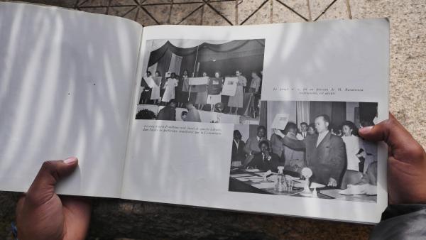 Au lendemain de la proclamation de naissance de la 1ère République de Madagascar, le drapeau de la République est choisi par la Commission technique créée pour l'occasion.