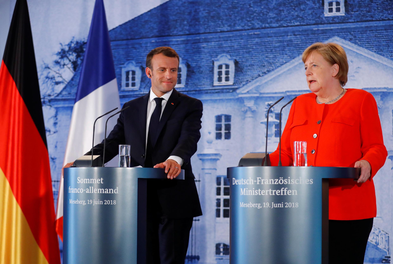 O presidente francês, Emmanuel Macron, e a chanceler alemã, Angela Merkel, durante coletiva em Meseberg, nos arredores de Berlim, em 19 de junho de 2018.