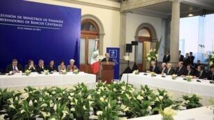 Presidente do México, Felipe Calderon, fala aos ministros do G20.