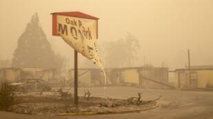La pancarte d'un motel ravagé par les flammes à Gates, à l'est de Salem, dans l'Oregon, le 13 septembre 2020.