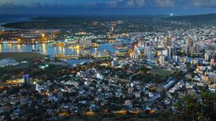 Vue de nuit de Port Louis, la capitale de l'île Maurice.
