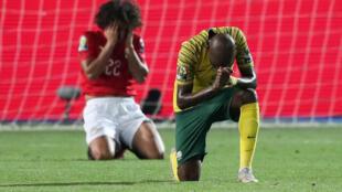 Le Sud-Africain Thamsanqa Mkhize (au premier plan) célèbre la victoire des Bafana Bafana face à l'Egypte d'Amr Warda (au second plan), à la CAN 2019.