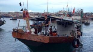 Một tầu đánh cá tại cảng Tam Á, Hải Nam, Trung Quốc.