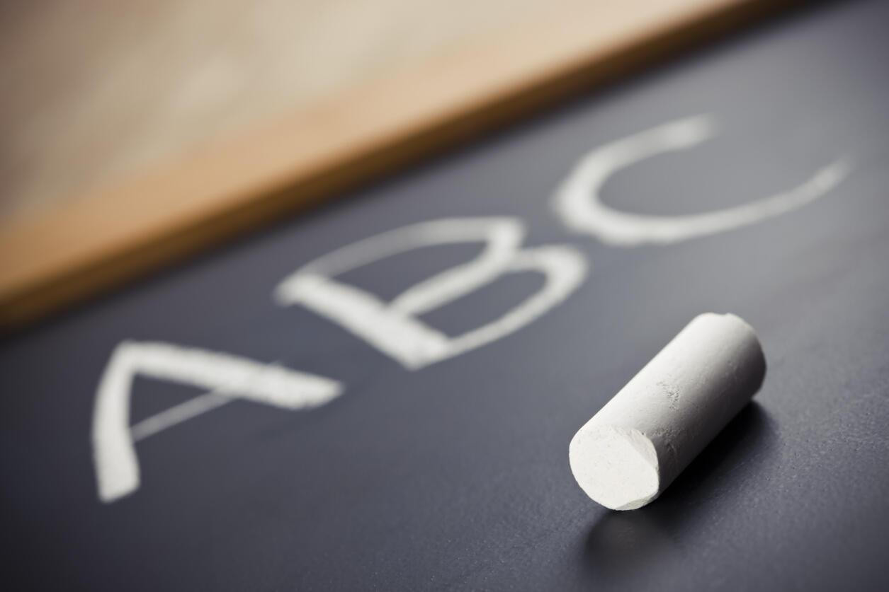 La même dictée d'un texte a été proposée aux élèves à vingt ans d'intervalle, le nombre de  fautes est passée de 10,7 en 1987 à  14,7 en 2007. Le pourcentage d'élèves qui faisaient plus de quinze erreurs était de 25 % en 1987, il est aujourd'hui de 46 %.