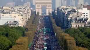 В Париже прошел 43-й марафон. Вид на Елисейские поля с высоты птичьего полета.