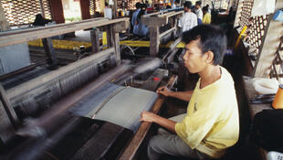 Des ouvriers du textile, dans une usine au Cambodge.