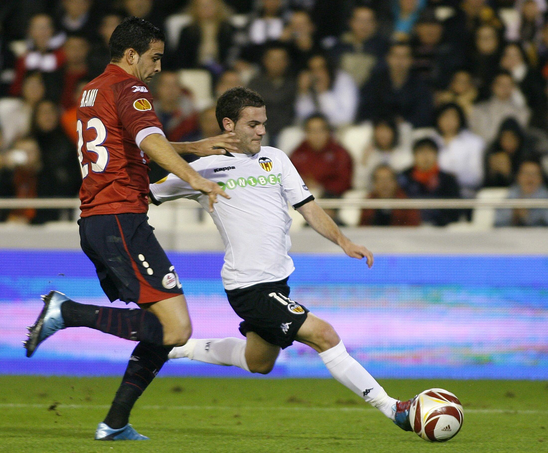 Adil Rami souffre face à Juan Mata.