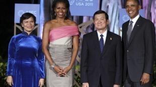 Tổng thống Mỹ Barack Obama cùng phu nhân, bà Michelle Obama chụp hình kỷ niệm với Chủ tịch nước Việt Nam Trương Tấn Sang và phu nhân, bà Mai Thị Hạnh, tại Thượng đỉnh APEC tại Hawaï ngày 12/11/2011.