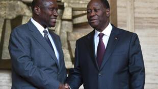 Poignée de main entre le président ivoirien Alassane Ouattara (D) et son Premier ministre Daniel Kablan Duncan en 2015.