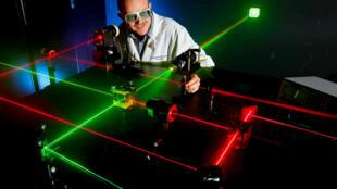 Un ingeniero de la marina norteamericana en un laboratorio de física del láser.