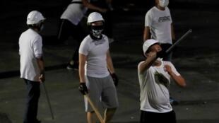 2019年7月21日,香港再發反送中抗議遊行之際,元朗地鐵站附近一些懷疑是黑社會人士的白衣人手持棍棒,襲擊參加反送中遊行的示威人士。