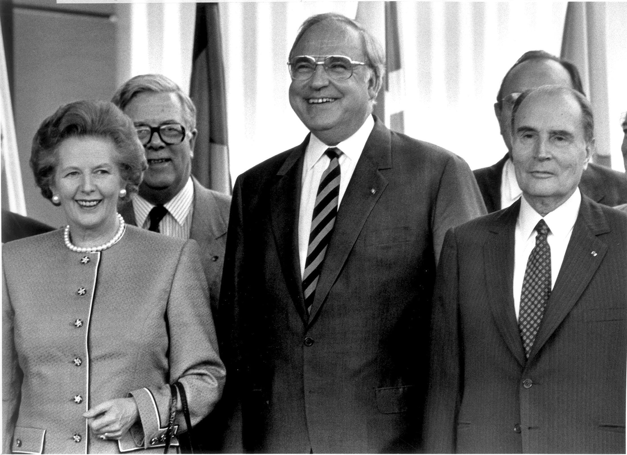 Le Chancelier Kohl aux côtés de Margaret Thatcher et de Francois Mitterrand lors d'un sommet européen à Hanovre en juin 1988.