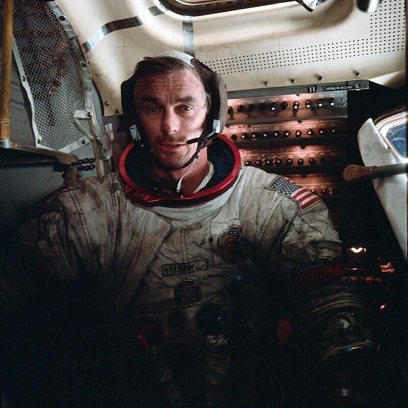 """Gene Cernan, después de su caminata por la luna. Obsérvese el """"polvo lunar"""" pegado al traje."""