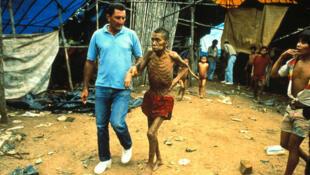 No Brasil, índios Yanomamis são ameaçados por doenças transmitidas por garimpeiros.