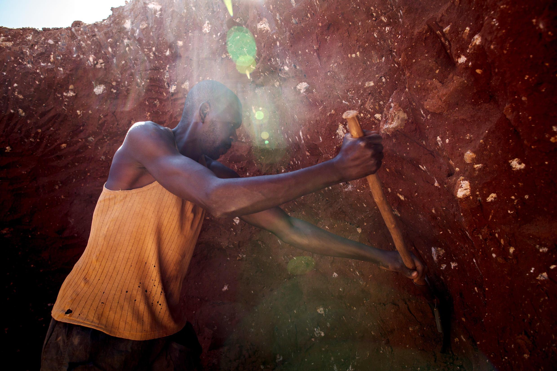 Image d'archive RFI : Un mineur dans une mine de cobalt, près de Lubumbashi, en 2015. (image d'illustration)