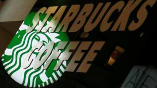 A rede de cafés americana Starbucks quer contratar 10 mil refugiados nos próximos 5 anos.