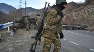 Un soldado armenio hace guardia en un puesto de control en la cerretera que lleva a Kalbajar, cerca del pueblo de Charektar, en Azerbaiyán, el 25 de noviembre de 2020