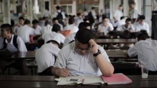Un lycéen révise, à Bangkok, le 18 juin 2015.