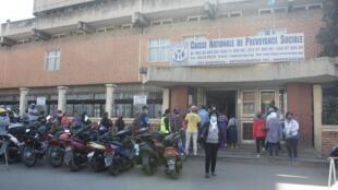 Des syndicats de travailleurs se sont rendus au siège de la CNAPS à Antananarivo vendredi 14 août pour déposer une pétition.