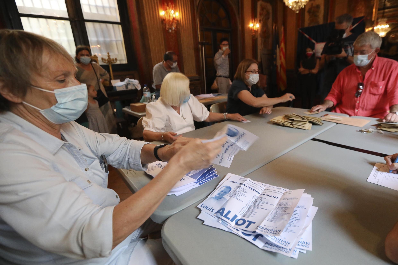 شمارش آراء در یکی از دفاتر رای گیری در دور دوم انتخابات شهرداریها در فرانسه ـ پرپینیان، ٢٨ ژوئن ٢٠٢٠/٨ تیر ١٣٩٩