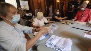 Pour les régionales de mars 2021, gouvernement veut éviter le scénario des municipales. Ici, des assesseurs comptent les bulletins dans un bureau de vote au second tour des élections municipales à Perpignan, le 28 juin 2020.