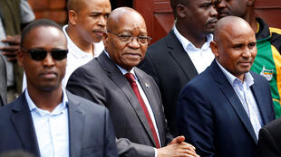(Picha ya hivi karibuni) Rais wa zamani wa Afrika Kusini Jacob Zuma akiwasili nyumbani kwa Winnie Mandela huko Soweto tarehe 4 Aprili 2018.