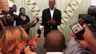 Le président reélu, Paul Kagame, s'exprime devant la presse à Kigali, après le vote du 9 août 2010.