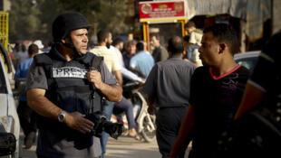O fotógrafo brasileiro Joel Silva em ação no Cairo