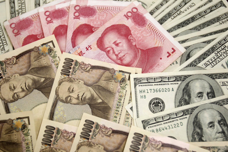 图为面值100的美元、日元、人民币。