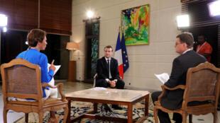 El presidente francés, Emmanuel Macron, en plena entrevista con el periodista Christophe Boibouvier, RFI, y Roselyne Fevre, France 24, en Abiyán, Costa de Marfil, el 29 de noviembre de 2017.