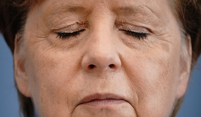 La canciller alemana Angela Merkel cierra los ojos en una rueda de prensa en Berlín el 28 de agosto de 2020