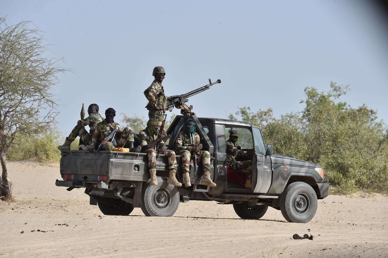 Des soldats nigériens patrouillent aux alentours de Bosso, le 27 mai 2016.