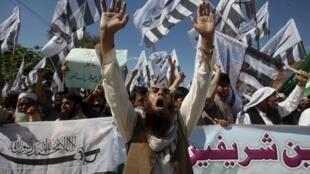 Manifestation à Peshawar de l'organisation islamique Jamaat-ud-Dawa en soutien à l'intervention de l'Arabie saoudite au Yémen, le 3 avril 2015.