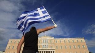 El Parlamento griego adoptó el plan de austeridad, repudiado por manifestantes que dieron pie a violentos enfrentamientos con  la policía en Atenas, el  29 de junio de 2011.