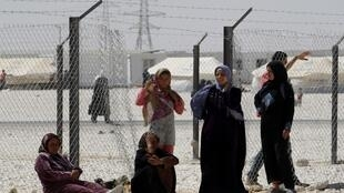 Certains hommes du Golfe vont dans les camps de réfugiés syriens pour trouver des jeunes filles. Celles-ci épousent souvent ces hommes, plus âgés, pour pouvoir aider leur famille.