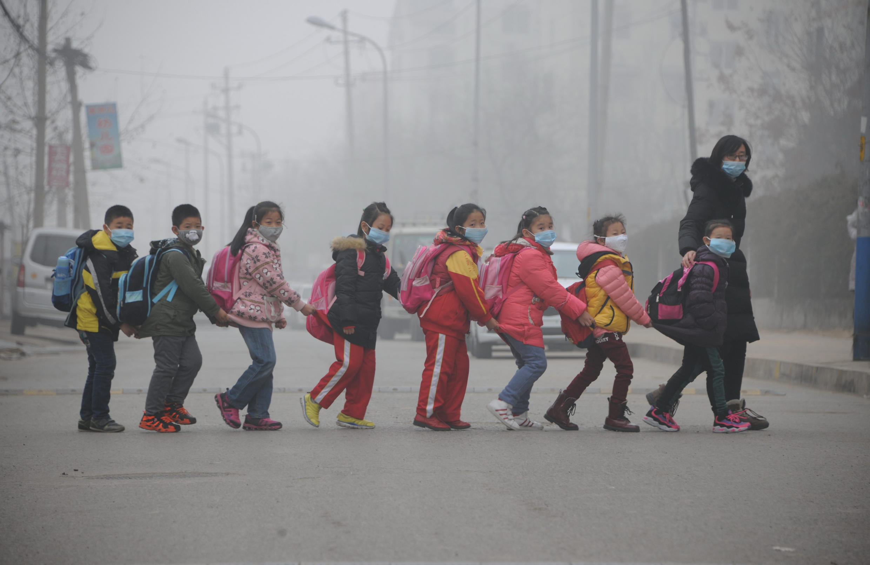Alunos vão à escola com máscaras para se proteger da poluição do ar na cidade de Jinan, no oeste da China. 24/12/2015