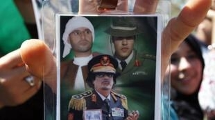 Le guide libyen Mouammar Kadhafi entouré de deux de ses fils Khamis Kadhafi (D) et Saïf al-Islam Kadhafi (G).