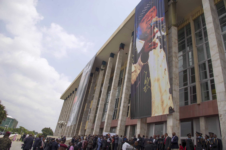 halaiki ya watu waliojitokeza kuuga muili wa Papa Wemba Bungeni