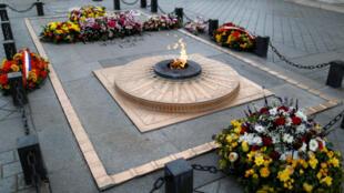 رهبران جهان در مراسم گرامیداشت یکصدمین سالگرد پایان جنگ جهانی اول بر سر مزار شهید گمنام، واقع در طاق پیروزی در انتهای خیابان شانزهلیزه در پاریس حضور خواهند یافت